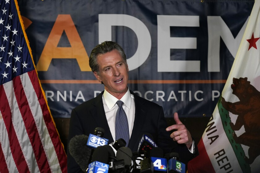 El gobernador de California Gavin Newsom ofrece una conferencia de prensa tras sobrevivir a un referendo