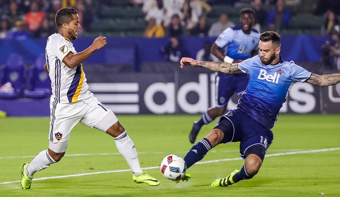 Giovani Dos Santos es frenado en una ofensiva del Galaxy ante los Vancouver Whitecaps.