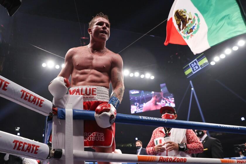 Saúl Álvarez festeja su fácil triunfo sobre Callum Smith el sábado en San Antonio, Texas.