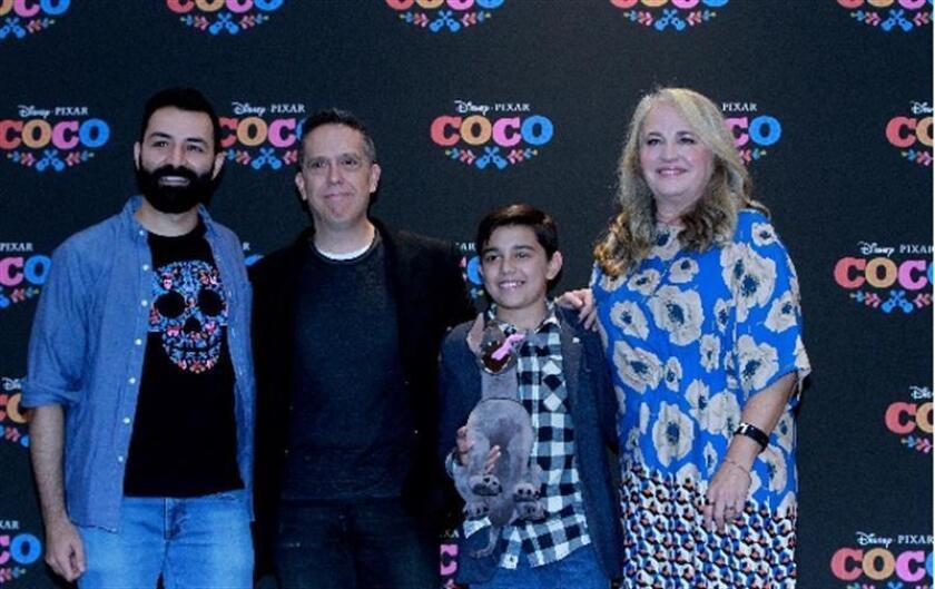 """Los directores Adrián Molina (i) y Lee Unkrich (2i), el niño Luis Ángel Gómez (2d) y la productora Darla Anderson (d) posan durante una conferencia de prensa para la presentación de la película """"Coco"""". EFE/Archivo"""