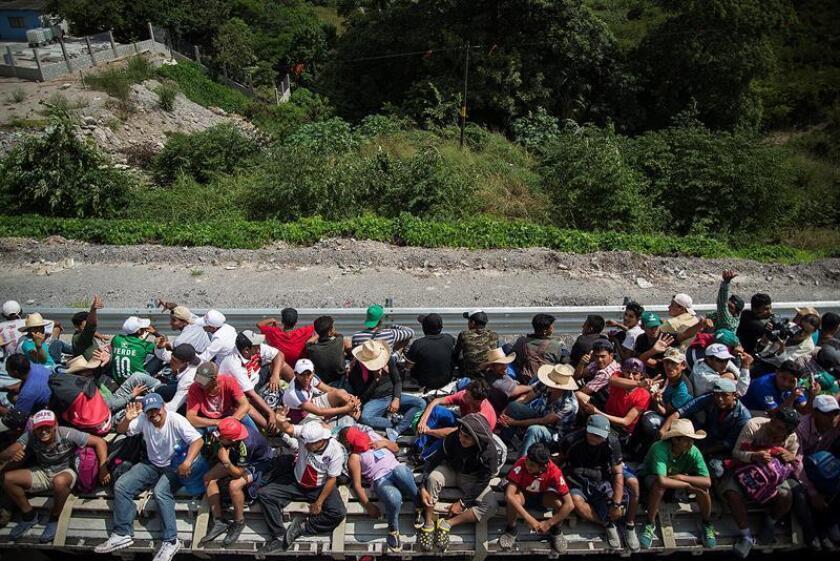 Miembros de la caravana migrante continúan su travesía el pasado 1 de noviembre de 2018, por el municipio de Juchitan, en el estado de Oaxaca (México). EFE
