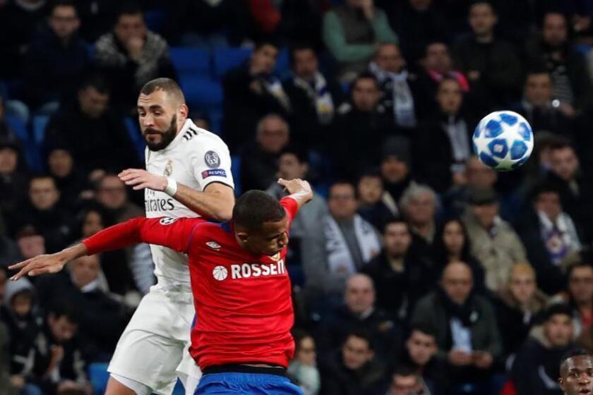 El delantero francés del Real Madrid Karim Benzema (i) pelea un balón con el defensa brasileño del CSKA de Moscú Rodrigo Becao, durante el partido de la sexta jornada de la fase de grupos de la Liga de Campeones que se disputó en el estadio Santiago Bernabéu. EFE