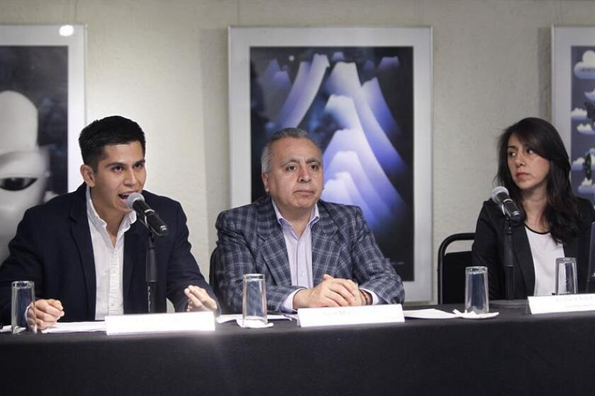 El director ejecutivo de la Red por los Derechos de la Infancia en México (Redim), Juan Martín Pérez (c), escucha al campañista de movilidad en greenpeace México, Carlos Samayoa (i), junto a la investigadora, Viridiana Robledo (d), durante una rueda de prensa hoy, lunes 18 de julio de 2018, en Ciudad de México (México). EFE