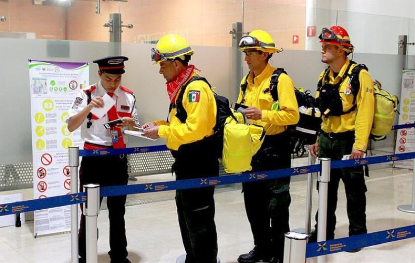 Fotografía cedida hoy, lunes 6 de agosto de 2018, por la Comisión Nacional Forestal (Conafor), que muestra a un grupo de bomberos mexicanos, que parten rumbo a Canadá, en el aeropuerto internacional de la Ciudad de México (México). EFE/Conafor/SOLO USO EDITORIAL