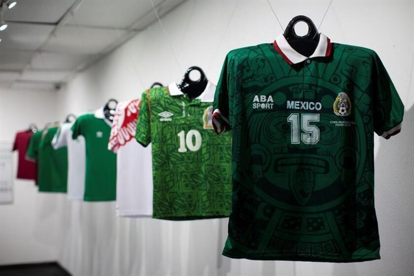 """Vista de camisetas de la selección mexicana de fútbol hoy, miércoles 13 de junio de 2018, en la exhibición """"Goles y Pasiones"""" en el Consulado General mexicano de Los Ángeles (EE.UU.). EFE"""