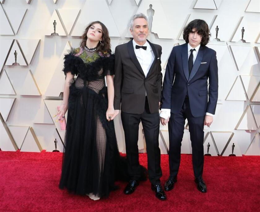 El director mexicano Alfonso Cuarón (c) y sus hijos, Olmo Teodoro (d) y Tess Bu (i), posan a su llegada a la alfombra roja de los Premios Óscar, este domingo, en Hollywood, California (Estados Unidos). EFE