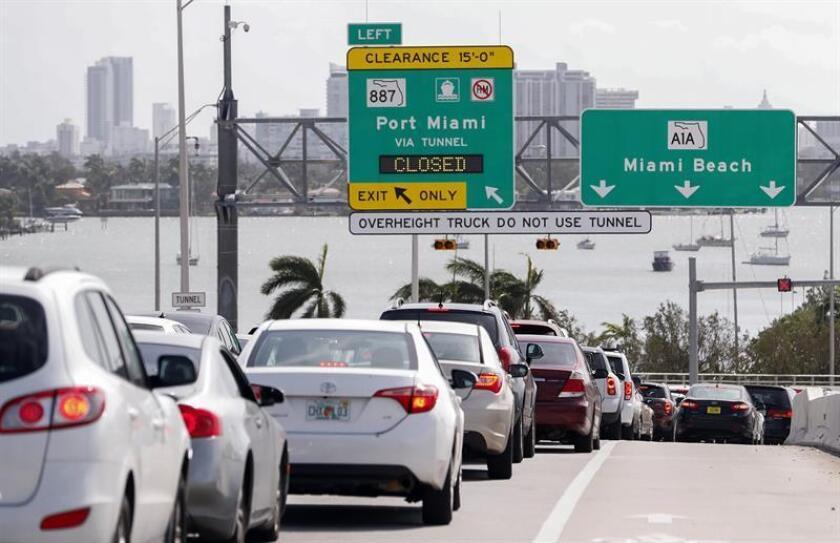 La policía de Miami Beach va a empezar a aplicar rigurosamente la ley a los conductores que circulen con la música a todo volumen y atronando a su paso a los viandantes, para proteger la calidad de vida de residentes y visitantes. EFE/Archivo