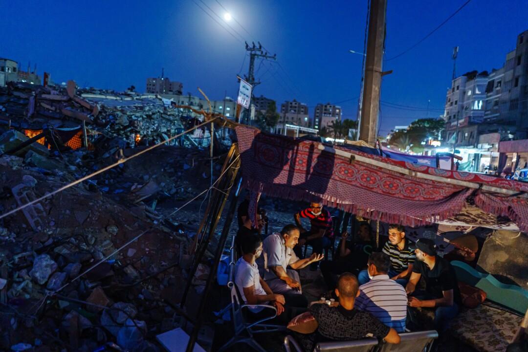 اعضای خانواده المدحون در شهر غزه جمع می شوند.