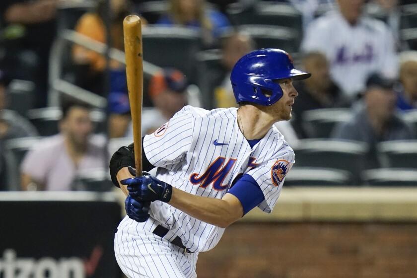 Jacob deGrom de los Mets de Nueva York tras conectar un sencillo de dos carreras en la quinta entrada