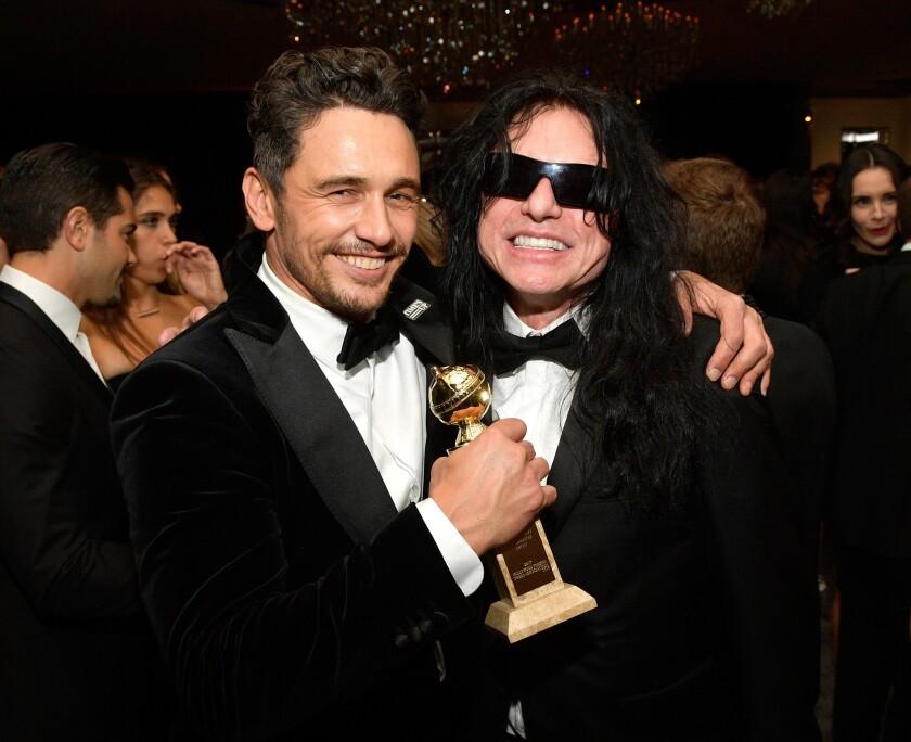 James Franco (izq.) al lado del director Tommy Wiseau en el momento de gloria que tuvo durante los Globos de Oro. Ahora, las cosas lucen mucho menos amables para él.