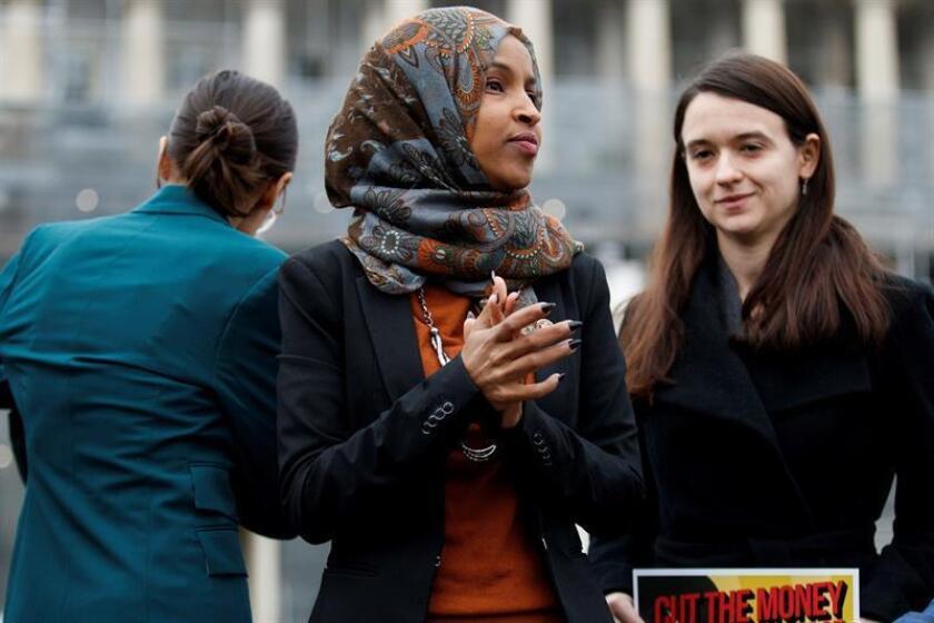 La congresista demócrata de Minnesota Ilhan Omar (C) ofrece una rueda de prensa en el Capitolio, Washington D.C (Estados Unidos), este jueves. EFE