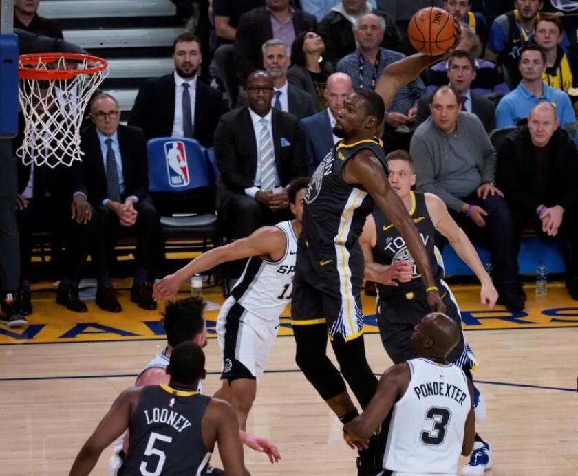 El alero de los Warriors de Golden State Kevin Durant encesta durante el partido de la NBA que enfrentó a los Spurs de San Antonio y los Warriors de Golden State en el Oracle Arena en Oakland. EFE
