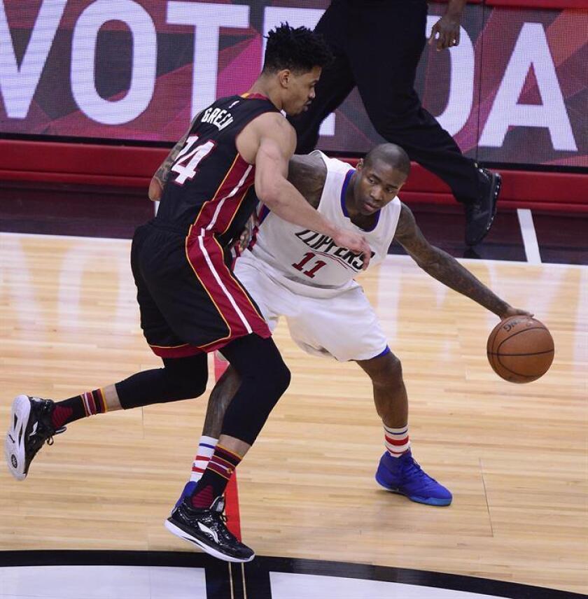 Jamal Crawford (d) de Los Ángeles Clippers disputa el balón con Gerald Green (i) de Miami Heat. EFE/Archivo
