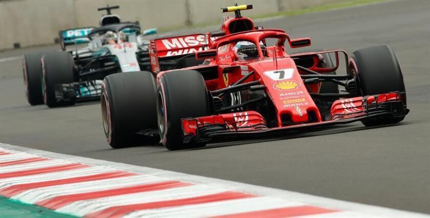 El finlandés Kimi Raikonnen (Ferrari), tercero en la Gran Premio de México de Fórmula Uno, celebró la estrategia de carrera que le permitió estar en el podio por segunda semana seguida tras ganar el domingo pasado en Austin. EFE