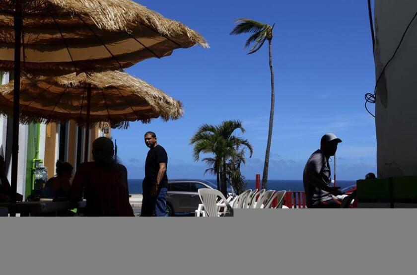Vista de un restaurante en el barrio costero y popular La Perla en San Juan, Puerto Rico. EFE/Archivo