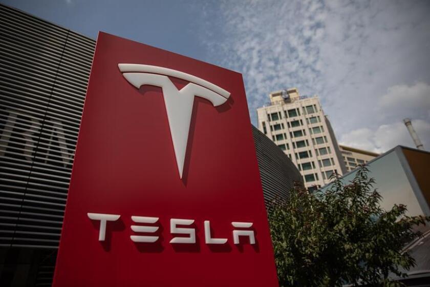 Vista del logotipo de la compañía estadounidense Tesla en su sede de Pekín, China. EFE/Archivo