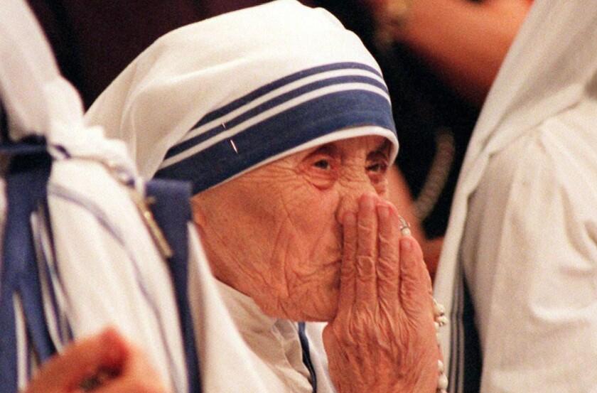 Fotografía de archivo tomada el 29 de junio de 1997 muestra a la Madre Teresa de Calcuta durante una misa en la BAsílica de San Pedro en el Vaticano. La Madre Teresa, nacida el 26 de agosto de 1910 y fallecida el 5 de septiembre de 1997. EFE/Maurizio Brambatti