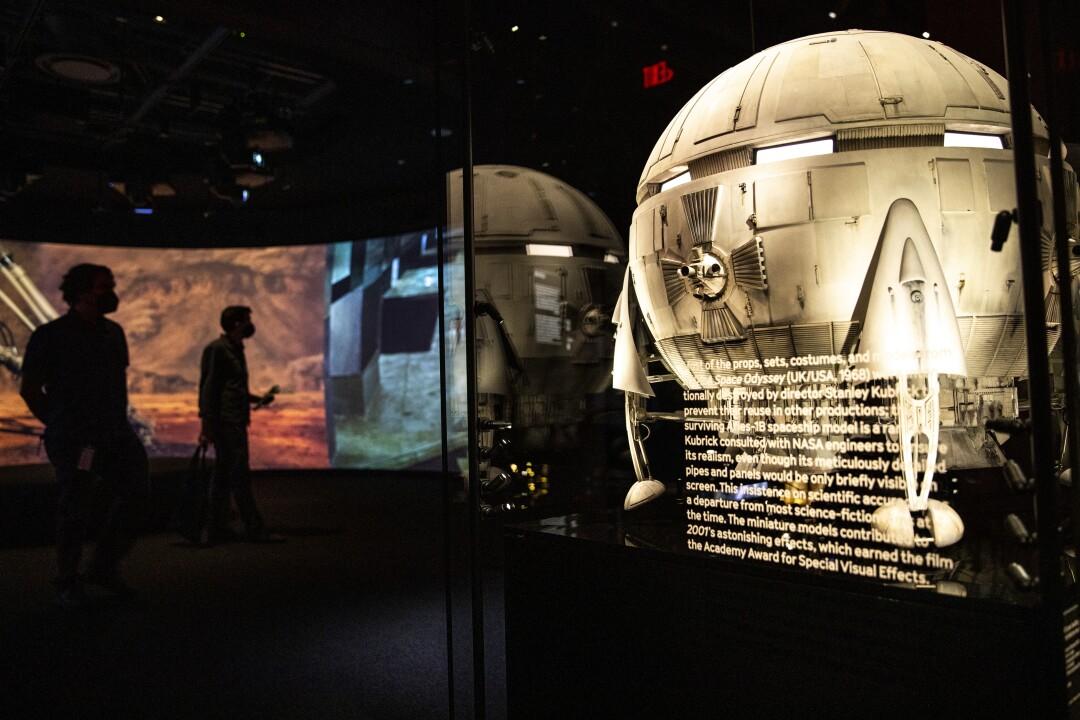 Nave espacial redonda en una vitrina en un museo