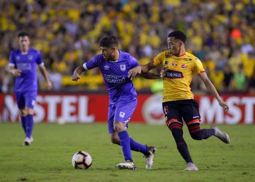 El jugador del Barcelona de Ecuador, Byron Castillo (d). EFE/Archivo
