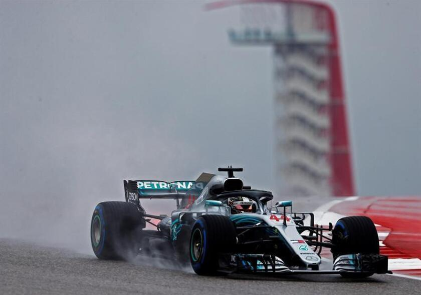 El monoplaza conducido por el piloto inglés de la escudería Mercedes de Fórmula Uno, Lewis Hamilton, fue registrado este viernes, durante la segunda sesión de entrenamientos libres del GP de EE.UU., en el circuito de Las Américas en Austin (Texas, EE.UU.). EFE