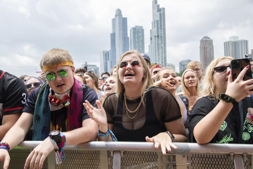 Asistentes al Festival Musical Lollapalooza el 29 de julio de 2021 en Grant Park en Chicago.