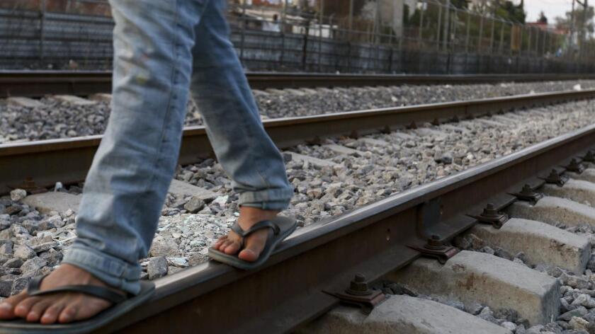 Foto de archivo de un migrante en México tratando de llegar a Estados Unidos.