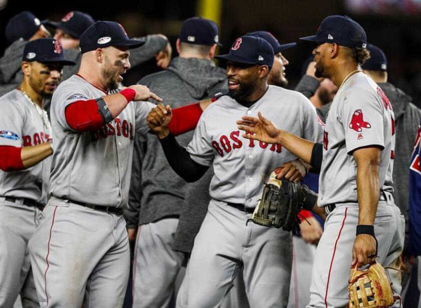 Jugadores de los Medias Rojas celebran al final del partido ante los Yanquis durante el cuarto juego de la Serie de División de la Liga Americana de Grandes Ligas (MLB) entre los Medias Rojas de Boston y los Yanquis de Nueva York hoy, martes 9 de octubre de 2018, en Nueva York (EE.UU.). EFE