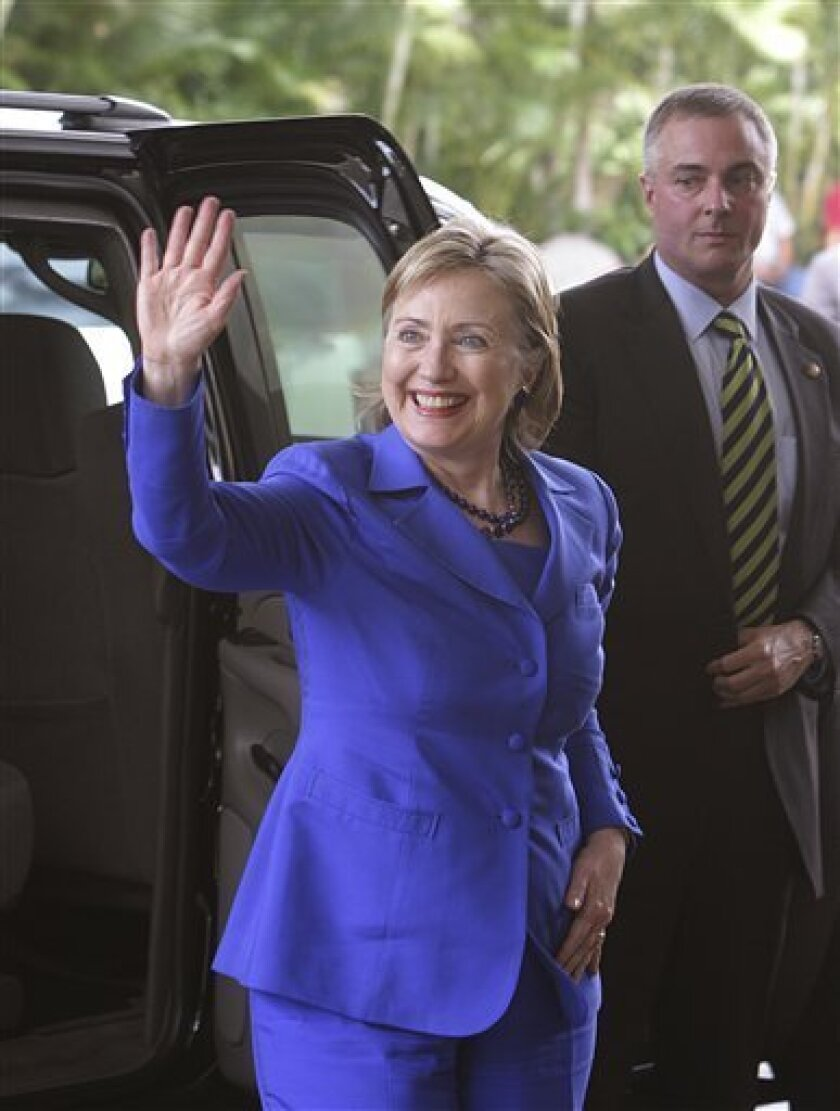 """US Secretary of State Hillary Clinton waves to photographers upon her arrival to the """"Pathways to prosperity of the America's"""" meeting in San Salvador, Sunday, May 31, 2009. Clinton is in El Salvador to attend the inauguration ceremony of El Salvador's President-Elect Mauricio Funes on June 1. The"""