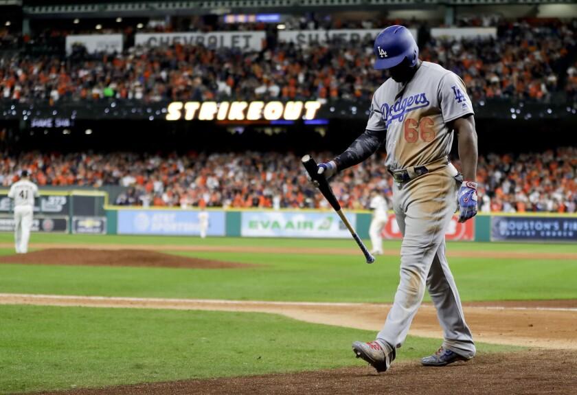 El jardinero cubano Yasiel Puig de los Dodgers de Los Ángeles camina hacia la cueva tras poncharse contra los Astros de Houston durante el noveno inning del tercer juego de la Serie Mundial, el 27 de octubre de 2017 en Houston.