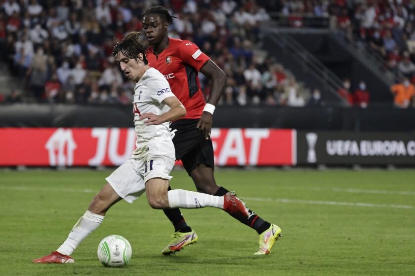 Bryan Gil, izquierda, del Tottenham, es vigilado por Chimuanya Ugochukwu, del Rennes, durante un partido por el Grupo G de la Liga Conferencia de la UEFA en el estadio Roazhon Park de Rennes, Francia, el jueves 16 de septiembre de 2021. (AP Foto/Jeremias Gonzalez)