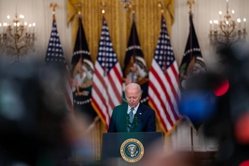 رئیس جمهور بایدن جلوی منبر صحبت می کند