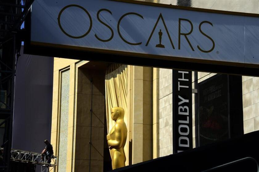 Vista de trabajadores ultiman detalles durante los preparativos para la ceremonia de los premios Oscar en el Teatro Dolby de Hollywood, California (EE.UU.). EFE/Archivo