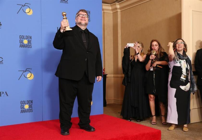 Guillermo del Toro holds the award for Best Director for 'The Shape of Water' in the press room during the 75th annual Golden Globe Awards ceremony at the Beverly Hilton Hotel in Beverly Hills, California, USA, 07 January 2018. EFE/Archivo