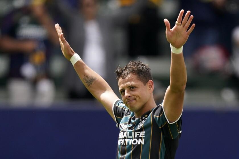 El delantero del LA Galaxy Javier Hernández celebra tras anotar
