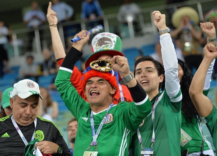 Seguidores mexicanos animan a su selección. EFE/Archivo