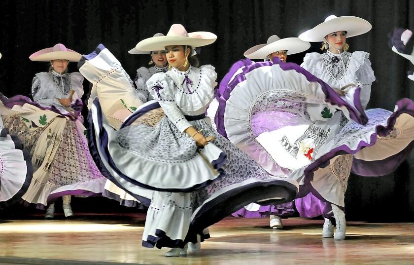 Ballet Folklorico Mexico Azteca performs