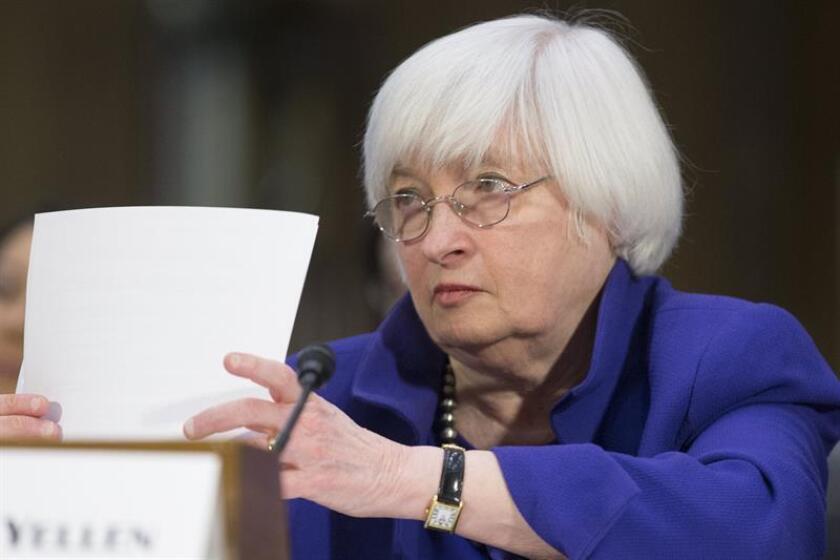 """La presidenta de la Reserva Federal (Fed), Janet Yellen, reiteró hoy que la economía de EEUU se encuentra """"muy cerca"""" de los objetivos de empleo e inflación, a la vez que reconoció que el crecimiento es """"decepcionante"""" debido a la baja productividad. EFE"""