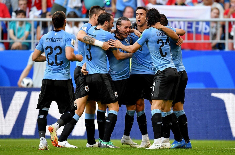 Los uruguayos celebran tras consumar el triunfo 3-0 sobre Rusia y firmar su paso perfecto rumbo a la segunda ronda: 3 jugos, 3 triunfos; 5 goles a favor y ninguno en contra.