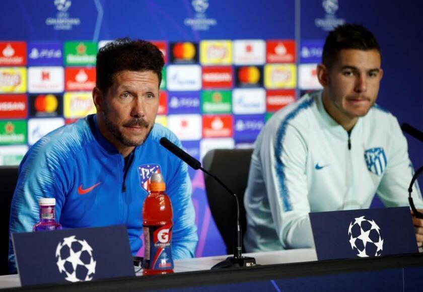 El entrenador del Atlético de Madrid, Diego Simeone (i) y el lateral izquierdo del Atlético de Madrid, Lucas Hernández (d). EFE/Archivo