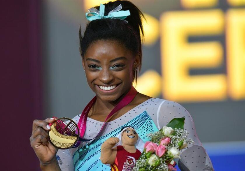 La gimnasta estadounidense Simone Biles reacciona en el podio tras ganar la medalla de oro en la final femenina durante el Mundial de Gimnasia Artística disputado en Doha (Catar). EFE/Archivo