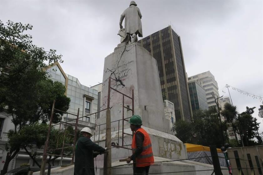 Personnel from the Municipal Workshop School in La Paz clean the statue of Christopher Columbus in downtown La Paz, Bolivia, 19 November 2018 after it was vandalized and stained with black and red paint. EFE-EPA/ Yolanda Salazar