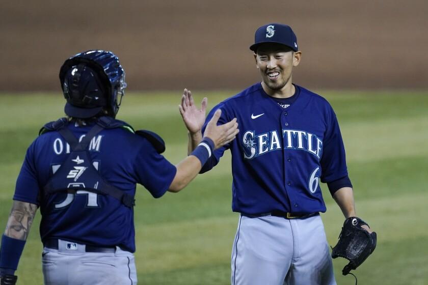 El lanzador relevista de los Marineros de Seattle Yoshihisa Hirano sonríe y celebra