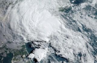 Ficheiro - Esta foto de satélite do 27 de maio de 2020 proporcionada pola Oficina Nacional de Administración Oceánica e Atmosférica dos Estados Unidos Estados (NOAA) mostra a tempestade tropical Bertha achegándose á costa de Carolina do Sur. O mércores 17 de marzo de 2021, un panel da Organización Mundial de Meteoroloxía reúnese para discutir se a tempada do furacán Atlántico debería comezar o 15 de maio no canto do tradicional o 1 de xuño. (NOAA a través de AP)