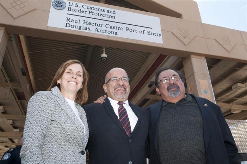 """Los congresistas de Arizona Martha McSally (izq.) y Raúl Grijalva. Un grupo de padres de familia con sus hijos en brazos se presentaron hoy en las oficinas en Tucson de la congresista por Arizona Martha McSally y demandaron un """"alto"""" a la separación de familias inmigrantes en la frontera con México. EFE/Archivo"""