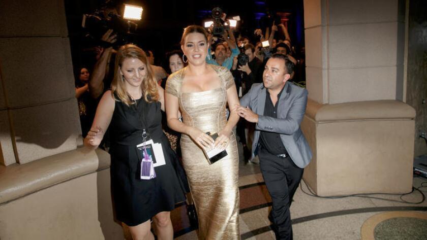 La actriz venezolana Alicia Machado llega a la gala de clausura de la Semana de la Moda Metropolitana, en Burbank (Jay L. Clendenin / Los Angeles Times).