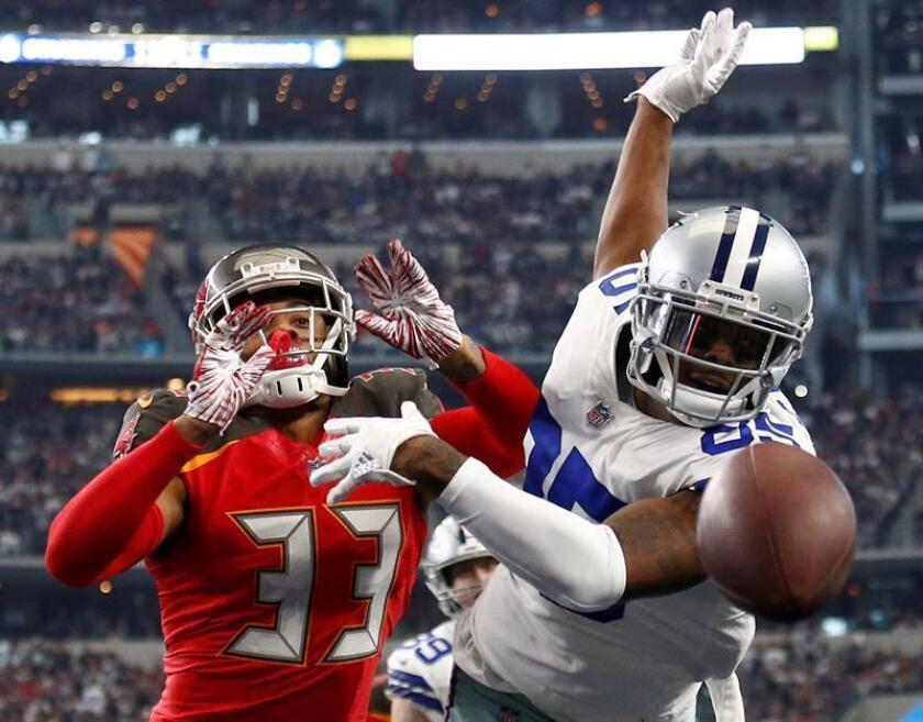El jugador de los Cowboys de Dallas Noah Brown (derecha) pierde el balón contra el jugador de los Buccaneers de Tampa Bay Carlton Davis III. EFE