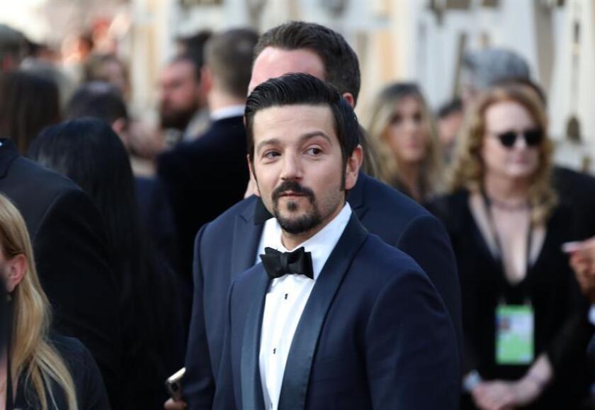 El actor mexicano Diego Luna posa a su llegada a la alfombra roja de los Premios Óscar, este domingo, en Hollywood, California (Estados Unidos). EFE