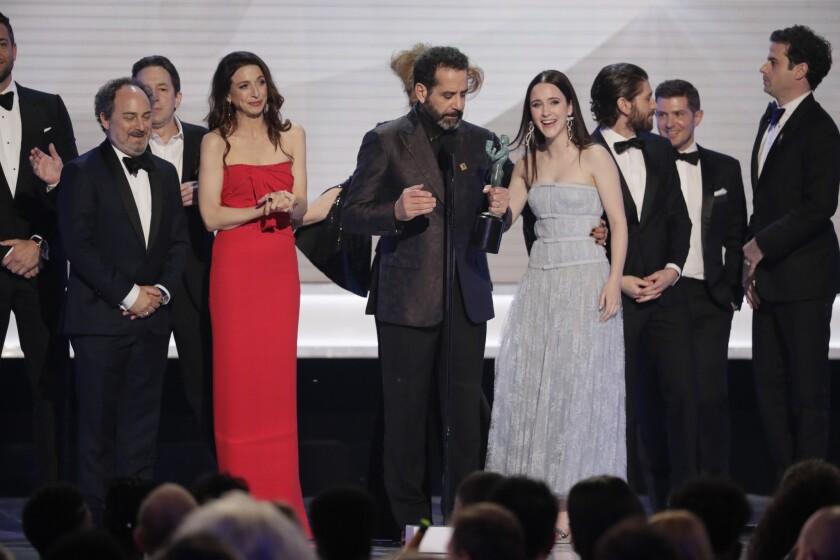 """El reparto de """"The Marvelous Mrs. Maisel"""" en el escenario del Shrine durante los Premios del SAG."""