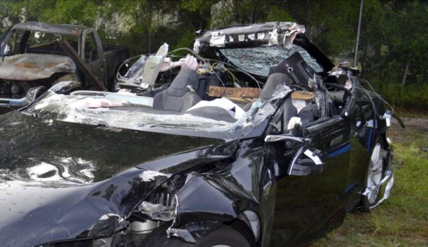 La imagen proporcionada por la Junta Nacional de Seguridad en el Transporte de Estados Unidos (NTSB) a través de la policía de carreteras de Florida muestra el sedán Tesla Model S que era conducido por Josha Brown, quien murió, cuando el auto se impactó mientras el sistema de piloto automático estaba activado, el 7 de mayo de 2016. La NTSB informó el martes 26 de julio que el conductor viajaba a exceso de velocidad al momento del accidente. (NTSB via Florida Highway Patrol via AP)