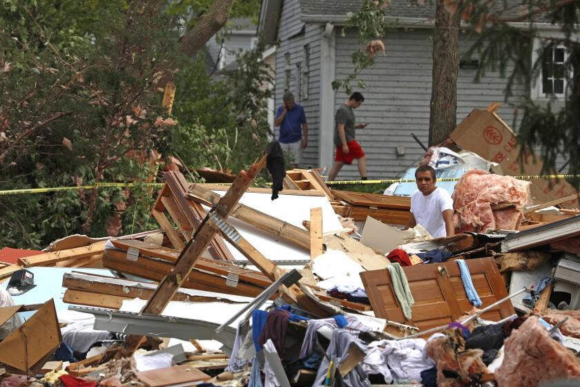 Una persona observa los escombros a los que quedó reducido su vivienda familiar por el paso de un tornado en las afueras de Chicago, 21 de junio de 2021 en Naperville, Illinois, EEUU. (AP Foto/Shafkat Anowar)